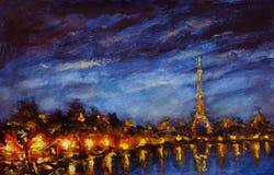 Las luces ámbar de pintura de la torre Eiffel reflejaron en río Sena en noche azul Foto de archivo