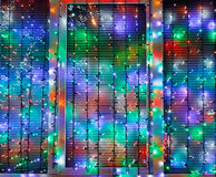Las luces al aire libre de Navidad adornan la ventana Fotografía de archivo