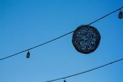 Las luces al aire libre que cuelgan en el cielo Imagenes de archivo