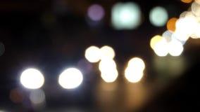 Las luces blancas de la noche trafican en la ciudad almacen de video