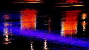 Las luces brillantes en puente de la ciudad de la noche reflejaron en las luces Uzgorod del río almacen de metraje de vídeo