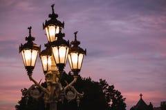 Las luces clásicas de la ciudad del capitolio del estado de Michigan brillan sobre una puesta del sol en Lansing Foto de archivo