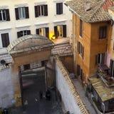 Las luces de calle vienen encendido en la última hora de la tarde en un apartamento, Roma, él Imagen de archivo libre de regalías