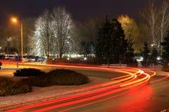 Las luces de coches en el camino en invierno Foto de archivo