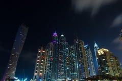 Las luces de la ciudad del puerto deportivo de Dubai se encendieron para arriba en la noche con la señal famosa Imagenes de archivo