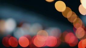 Las luces de la ciudad de la noche Movimiento Defocused de coches en una carretera ocupada almacen de metraje de vídeo