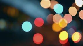 Las luces de la ciudad de la noche Movimiento Defocused de coches en una carretera ocupada metrajes