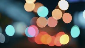 Las luces de la ciudad de la noche Movimiento Defocused de coches en una carretera ocupada almacen de video