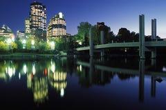 Las luces de la ciudad reflejan en el río Imágenes de archivo libres de regalías