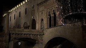 Las luces de la Navidad ofrecen siempre una atmósfera del calor cerca de la ciudad histórica FDV almacen de metraje de vídeo