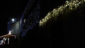 Las luces de la Navidad ofrecen siempre una atmósfera FDV del calor almacen de metraje de vídeo
