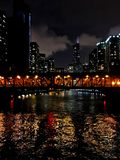 Las luces de la noche de la ciudad de Chicago's de los puentes y de los rascacielos están reflejando sobre el río Chicago majes fotos de archivo