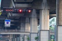 Las luces de la señal de tráfico son flechas rojas para parar el coche Fotos de archivo libres de regalías