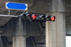 Las luces de la señal de tráfico son flechas rojas para parar el coche con el tablero de los nombres de la calle fotos de archivo
