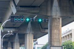Las luces de la señal de tráfico son flechas verdes para conducir el coche Foto de archivo libre de regalías