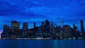 Las luces de los rascacielos se están encendiendo para arriba en Manhattan Lapso de tiempo almacen de metraje de vídeo