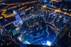 Las luces de neón y el jeque de la ciudad futurista céntrica de Dubai zayed el camino Fotografía de archivo