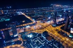 Las luces de neón y el jeque de la ciudad futurista céntrica de Dubai zayed el camino Imágenes de archivo libres de regalías