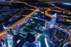 Las luces de neón y el jeque de la ciudad futurista céntrica de Dubai zayed el camino Imagen de archivo libre de regalías