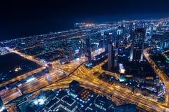 Las luces de neón y el jeque de la ciudad futurista céntrica de Dubai zayed el camino Fotos de archivo