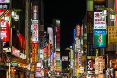 Las luces de neón y firman adentro Kabuki-cho en Tokio, Japón Imágenes de archivo libres de regalías