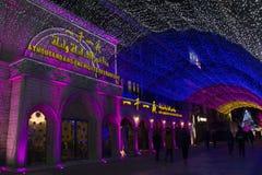 Las luces del arco iris muestran en la alameda de compras durante período del Año Nuevo en Pekín, China Fotos de archivo