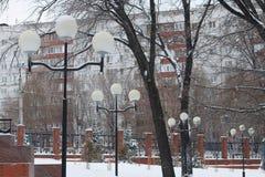 Las luces del invierno con los carámbanos en los pilares se colocan en fila Imágenes de archivo libres de regalías