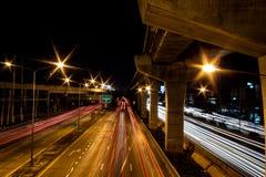 Las luces empañaron luces de coches en el camino imagen de archivo libre de regalías