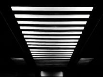 Las luces en el techo arreglaron agradable como el modelo de las líneas blancas Imagen de archivo libre de regalías