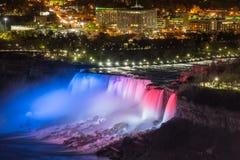Las luces iluminan las cascadas en Niagara Falls foto de archivo libre de regalías
