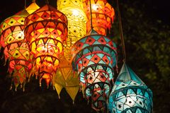 Las luces multicoloras adornan la playa de la noche de Ao Nang Adornos tailandeses tradicionales Fotos de archivo libres de regalías