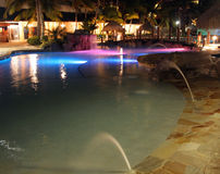 Las luces reflejaron sobre una piscina del centro turístico, del Caribe fotografía de archivo libre de regalías
