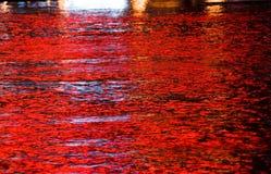 Las luces rojas reflejaron en agua Imágenes de archivo libres de regalías
