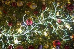 Las luces son adornadas por las ramas de la decoración de los árboles en la celebración del árbol de navidad Imágenes de archivo libres de regalías