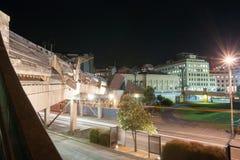 Las luces y la ciudad urbanas de la escena de la noche al puente del mar es un peatón Foto de archivo libre de regalías