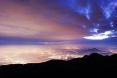 Las luces y las nubes están asomando Imagenes de archivo