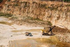 Las máquinas resistentes funcionan en una mina, concepto del equipo de la mina Imágenes de archivo libres de regalías