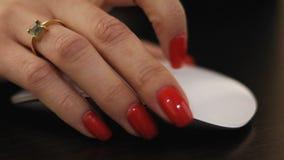 Las más viejas manos femeninas usando ratón del mac del ordenador ordenan el primer metrajes