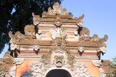Las máscaras adornan la entrada al templo hindú, Bali, Indonesia Fotografía de archivo