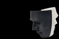 Las máscaras blancos y negros les gusta la conducta humana, concepto Fotos de archivo