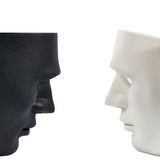 Las máscaras blancos y negros les gusta la conducta humana, concepto Fotografía de archivo libre de regalías