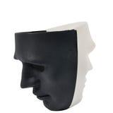 Las máscaras blancos y negros les gusta la conducta humana, concepto Imagen de archivo libre de regalías