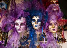 Las máscaras del carnaval de Venecia se cierran para arriba, las máscaras de Venecia para la venta en el mercado, Venecia Venezia imagen de archivo
