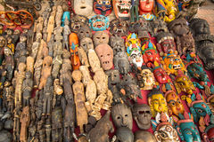 Las máscaras, recuerdos en calle hacen compras en el cuadrado de Durbar Imagenes de archivo