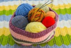 Las madejas del hilo colorido Foto de archivo