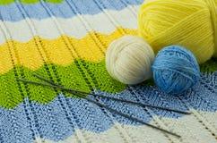 Las madejas del hilo colorido Fotos de archivo