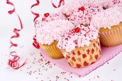 Las magdalenas de las tarjetas del día de San Valentín con asperjan foto de archivo libre de regalías