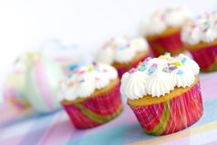 Las magdalenas de Pascua con asperjan y los colores en colores pastel Fotos de archivo libres de regalías