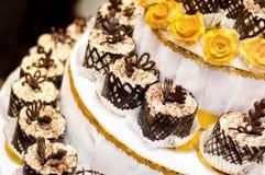 Las magdalenas del cumpleaños con el chocolate florecen para la recepción del partido foto de archivo