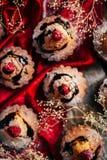 Las magdalenas deliciosas del chocolate con las bayas encendido wodeen la tabla, v superior Fotografía de archivo